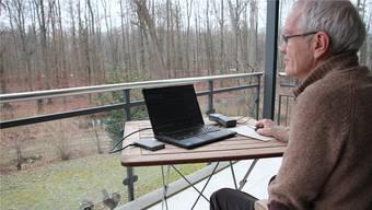 Mit Computer und Abhörgerät: Peter Jean-Richard untersucht das Vorkommen der Fledermäuse im Telliwald auch von seinem Balkon am Girixweg aus.