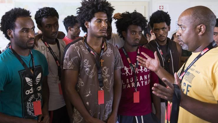 Im Bild Asylbewerber aus Eritrea in der Asylunterkunft Eschenhof in Gampelen. (Archiv)