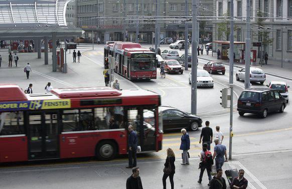 Die Countdown-Ampel werden beim Bahnhofplatz Bern installiert.