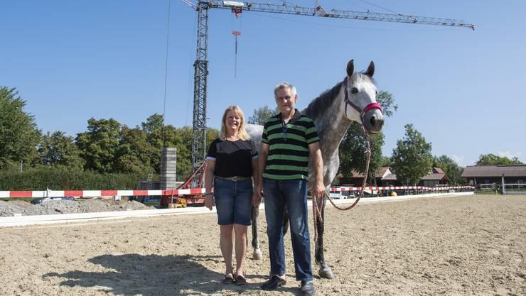 Die Grundstückeigentümer Charlotte und Erich Keller freuen sich. Mit auf dem Bild: Isländer-Wallach Glenn (9). Sie stehen auf dem neuen Sandplatz.