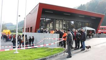 Viele Besucher bestaunen das neue und feudale Feuerwehrlokal.