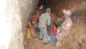 Das Rettungsteam mit dem verletzten Höhlenforscher