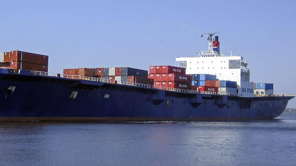 Frachter und internationale Handelsschiffe tragen erheblich zu CO2-Emissionen bei. Wie sich das ändern liesse, zeigt ein Bericht. (Archivbild)