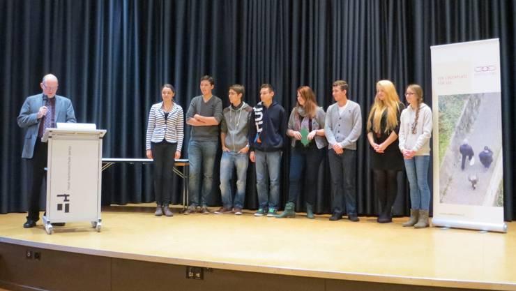 Philipp Czaja von den Odd Fellows Aarau beglückwünscht die Teilnehmenden.