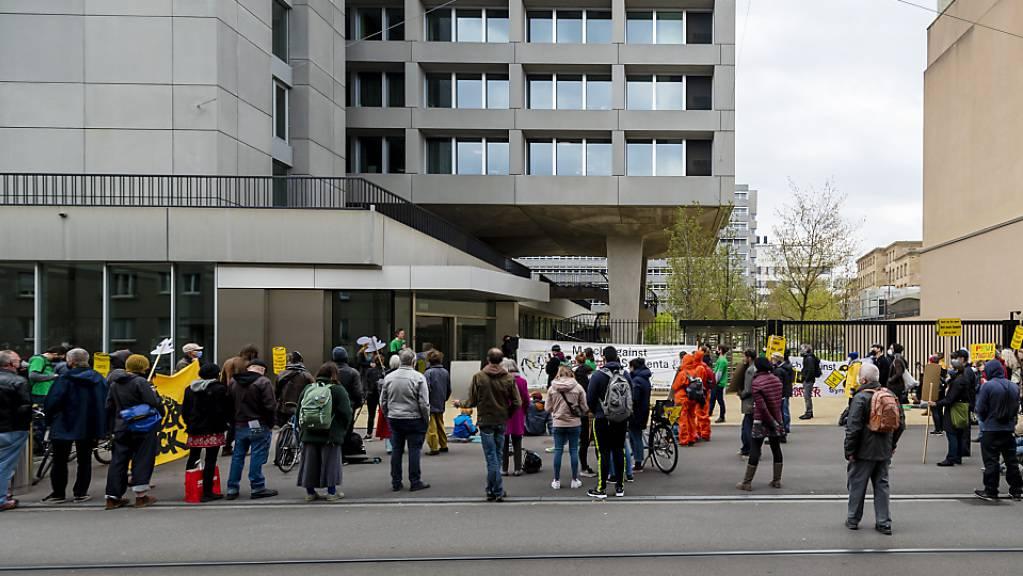 Ein paar Dutzend Personen haben sich am Samstag in Basel aus Anlass des «March against Bayer & Syngenta» am Sitz des Agrokonzerns Syngenta eingefunden.