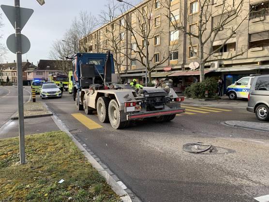 Basel BS, 27. Februar: Ein Lastwagen erfasst eine Velofahrerin. Diese muss verletzt ins Spital gebracht werden.
