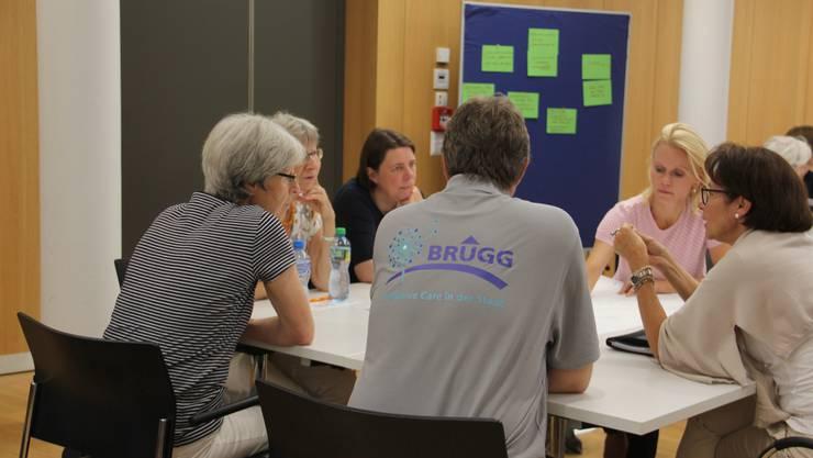 Dieter Hermann, Hospiz-Geschäftsführer und Organisator des Netzwerkanlasses, trägt bei der Gruppenarbeit ein T-Shirt mit dem neuen Logo «Palliative Care in der Stadt Brugg».