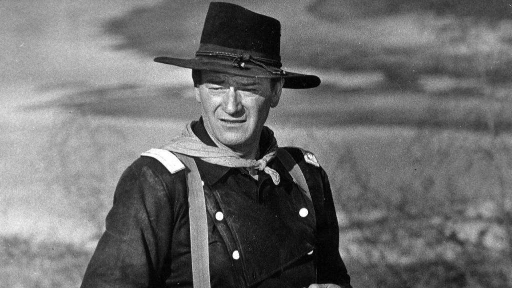 ARCHIV - John Wayne während der Dreharbeiten zu dem Film «Der letzte Befehl» (Originaltitel: «The Horse Soldiers»). Foto: -/AP/dpa