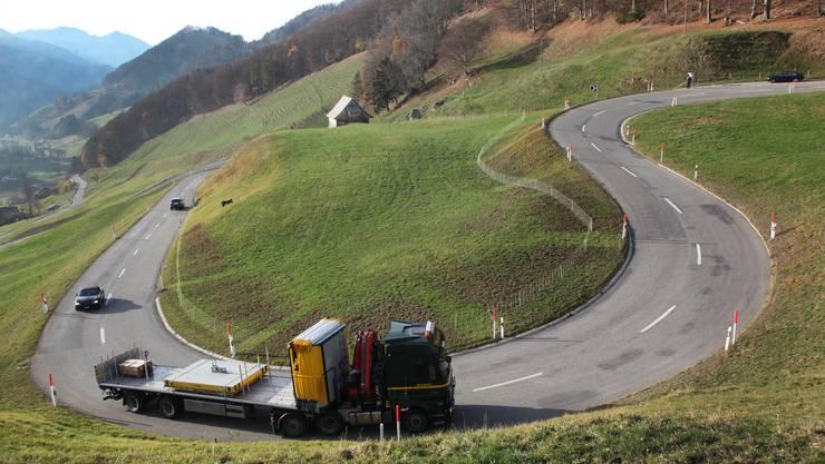 Ein Lastwagen windet sich die Passwangstrasse auf der Nordseite hinauf zur Passhöhe