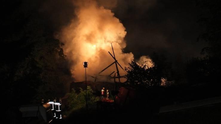 Die mit rund 70 Mann aufgebotenen Feuerwehren fanden das Haus im Vollbrand vor. (Symbolbild)