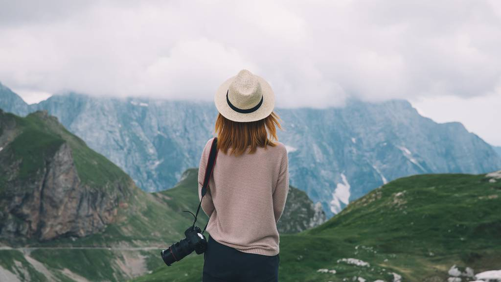 Eine junge Frau auf einer Skandinavien-Reise. Alleine ist sie in diesem Sommer nicht.
