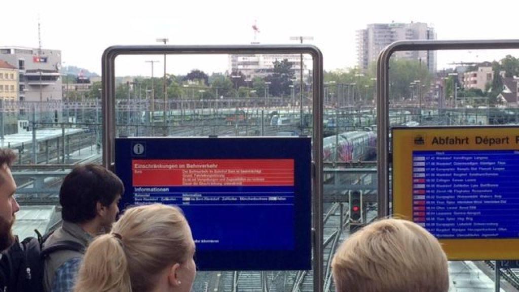 Bahnkunden informieren sich am Bahnhof über die Panne.