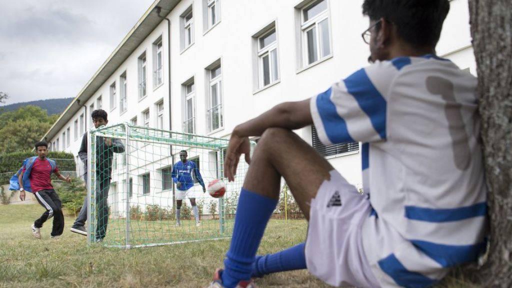 Keller-Sutter lässt Schliessung von Asylzentren prüfen
