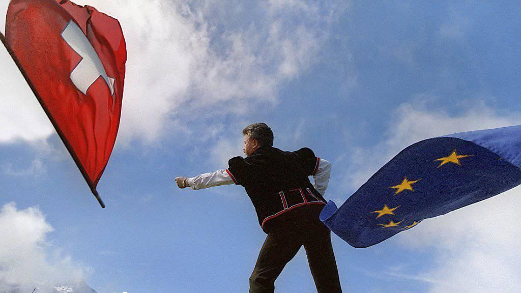 Fahnenschwinger mit Schweizer- und Europa-Fahnen: Die Schweiz hat am Mittwoch einen Brief nach Brüssel geschickt, in dem sie die EU offiziell über den Rückzug des Schweizer Beitrittsgesuchs informiert. (Symbolbild)
