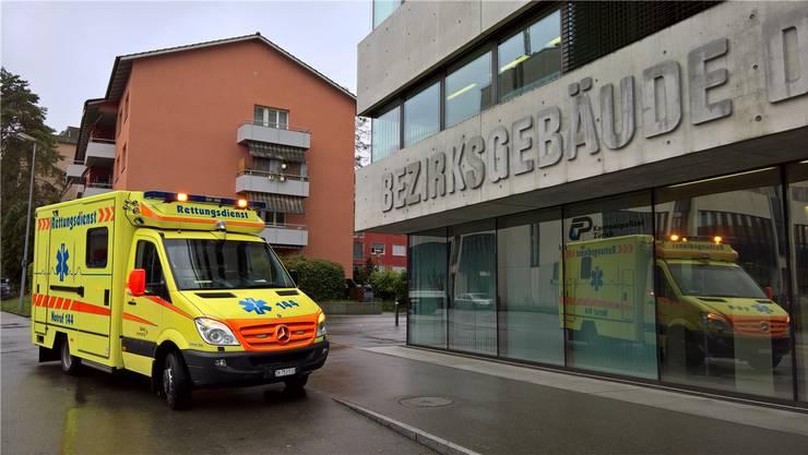 Als das Bezirksgericht um ärztliche Hilfe bat, war der Rettungsdienst schnell zur Stelle. Der zusammengebrochene Angeklagte wurde ins Spital Limmattal gebracht.