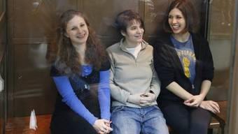 Drei Mitglieder der Punk-Band Pussy Riot vor einem Moskauer Gericht (Archiv)