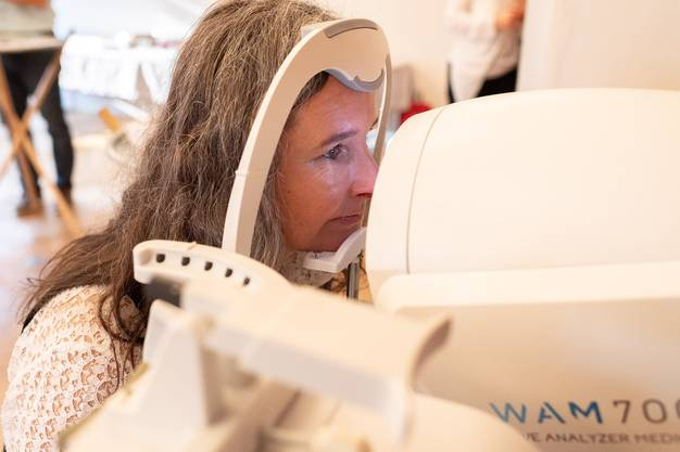 Messung des Innendrucks des Auges: Yvette Estermann (SVP/LU) beim Sehtest.