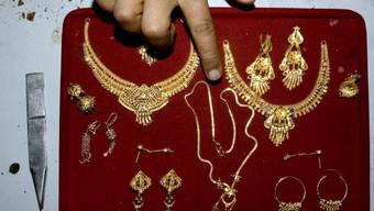 In Indien ist Goldschmuck sehr beliebt. Das Gold, dass die Frauen an der Hochzeit bekommen, ist für viele Familien auch eine Art Notgroschen für schlechte Zeiten. (Archiv)