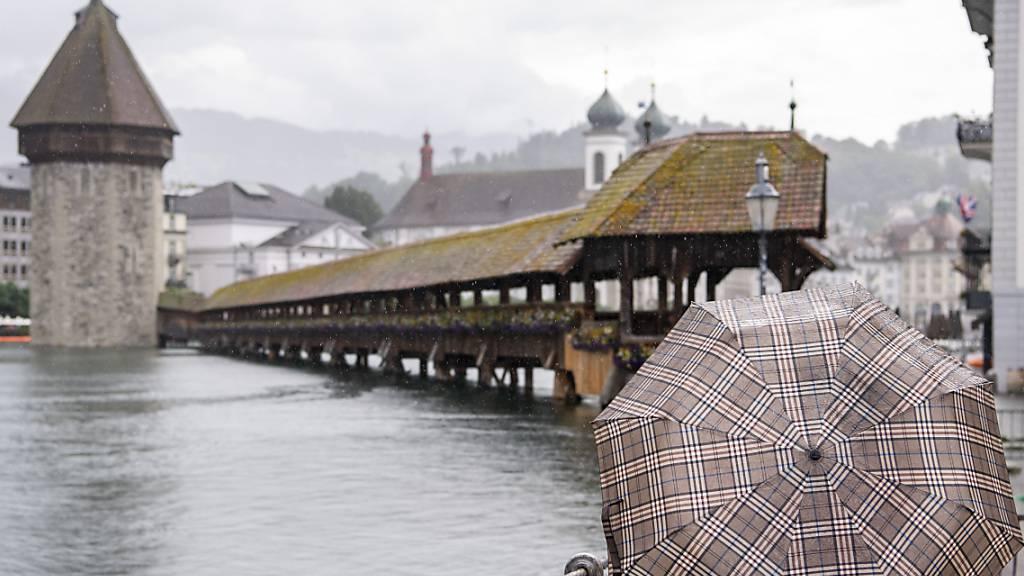 In der Stadt Luzern hat sich die Hochwasserlage in der Nacht auf Samstag nicht weiter verschärft. Wegen des Hochwassers sind die Fussgängerbrücken in Luzern zu.