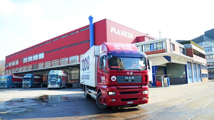 Der Hauptsitz der Firma Planzer soll von der Dietiker Lerzenstrasse ins Niderfeld verlegt werden.