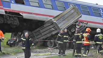Die Kollision eines Regionalzugs mit einem Lastwagen hat am Donnerstag am Stadtrand von Wien 16 Verletzte gefordert.  FOTO: APA/HERBERT NEUBAUER