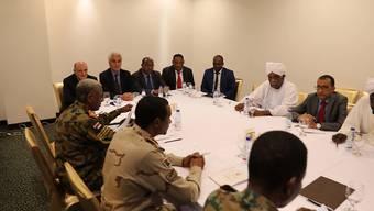 Vertreter des sudanesischen Militärrats und der Protestbewegung an einem Tisch auf der Suche nach einer neuen Regierung für das nordostafrikanische Land. (Archivbild)