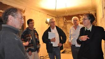 Wie gehts weiter? Denkmalpflegerin Isabel Haupt bespricht sich mit den beiden Architekten Castor Huser, Dieter Bock und Restaurator Matthias Kaufmann (von links). (SHA)