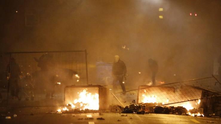 Bei der Konfrontation wurden elf Polizisten verletzt.