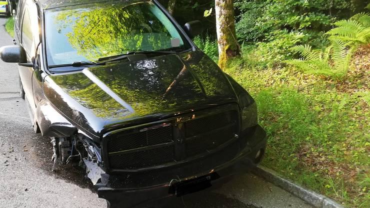 Ein 24-jähriger Autofahrer ist am frühen Freitagmorgen in Zofingen betrunken in einen Baum gefahren.