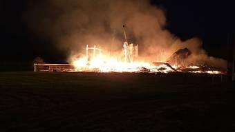 Ein Holzbauunternehmen ist am frühen Donnerstagmorgen im freiburgischen Siviriez niedergebrannt.