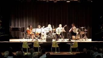 Die Kantonsschule Baden feiert einen runden Geburtstag: Da darf Musik nicht fehlen. Also spielte am Festakt auch ein fünfköpfiges Gitarrenensemble.  Aljoscha Thomas