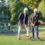 Schulvorstand Reto Siegrist (CVP, links) und Hochbauvorstand Anton Kiwic (SP) beim Spatenstich für den künftigen Doppelkindergarten Gjuch.