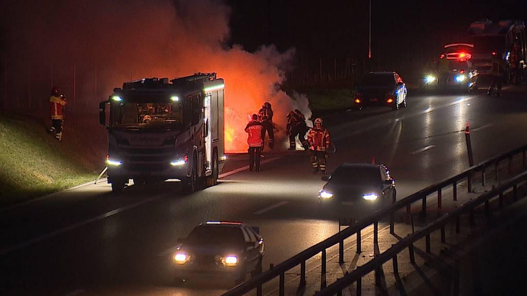 Bertschikon (ZH): Auto auf A7 brannte lichterloh