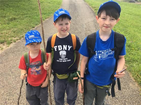 Gut ausgerüstet – und stolz wie die Grossen: David, Simon und Cyril (v.l.) aus Eiken schaffen in dieser Profi-Wandermontur mindestens noch weitere 10 Kilometer.