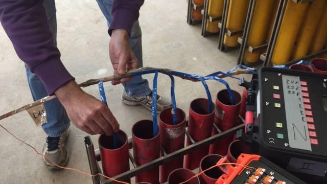 Wie alles zusammenhängt: Pyrotechniker Martin Düblin erklärt die Vorbereitung eines sogenannten Hochfeuerwerks.