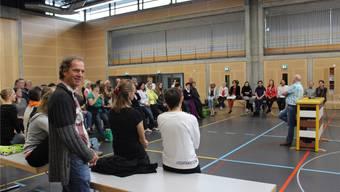 Autor Franz Walter (vorne) und das «Fee»-Team lauschen in der Deitinger Zweienhalle den Ausführungen von Regisseur Thomas Dietrich.