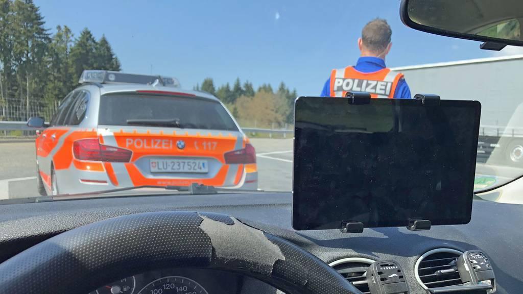 Autofahrer schaut koreanische Serie auf dem Tablet