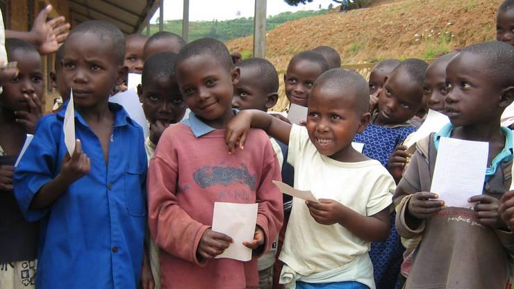 Das Hilfswerk ermöglicht über 2000 Kindern dank der Schulgeldzahlung den Schulbesuch.