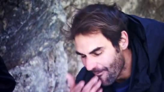 Roger Federer isst ein Fischauge