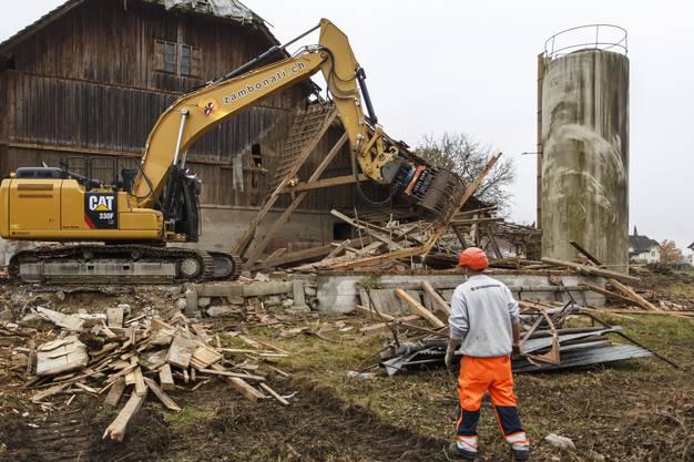 Das Bauernhaus gegenüber der Kirche wird abgerissen, um drei Neubauten mit altersgerechten Wohnungen Platz zu machen