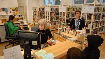 Am Schalter bedient das Bibliotheksteam von Marie-Madeleine Stöckli (rechts, stehend) die Kunden