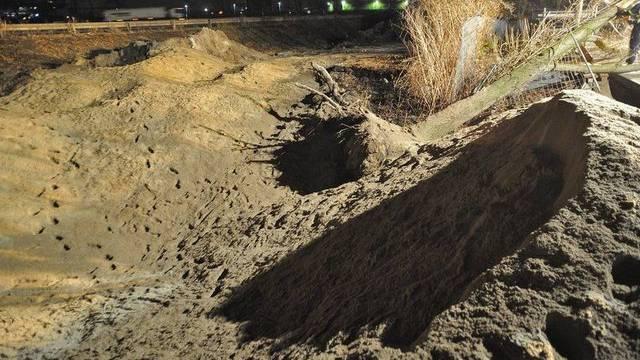 Nach der Sprengung des Blindgängers bleibt ein tiefer Krater