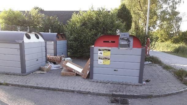 Der Abfall nach Pfingsten rund um die Container in Dottikon.