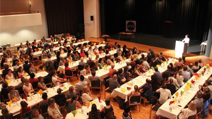 Kreisschulpflegepräsident Daniel Fondado sprach zu über 500 Schulangestellten und Behördenmitgliedern im voll belegten Dorfsaal Buchs. Zuvor gabs Comedy mit «Pasta del Amore», danach Risotto mit Salat. Nadja Rohner