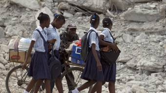 Mädchen in Port-au-Prince auf dem Weg in die Schule (Archiv)