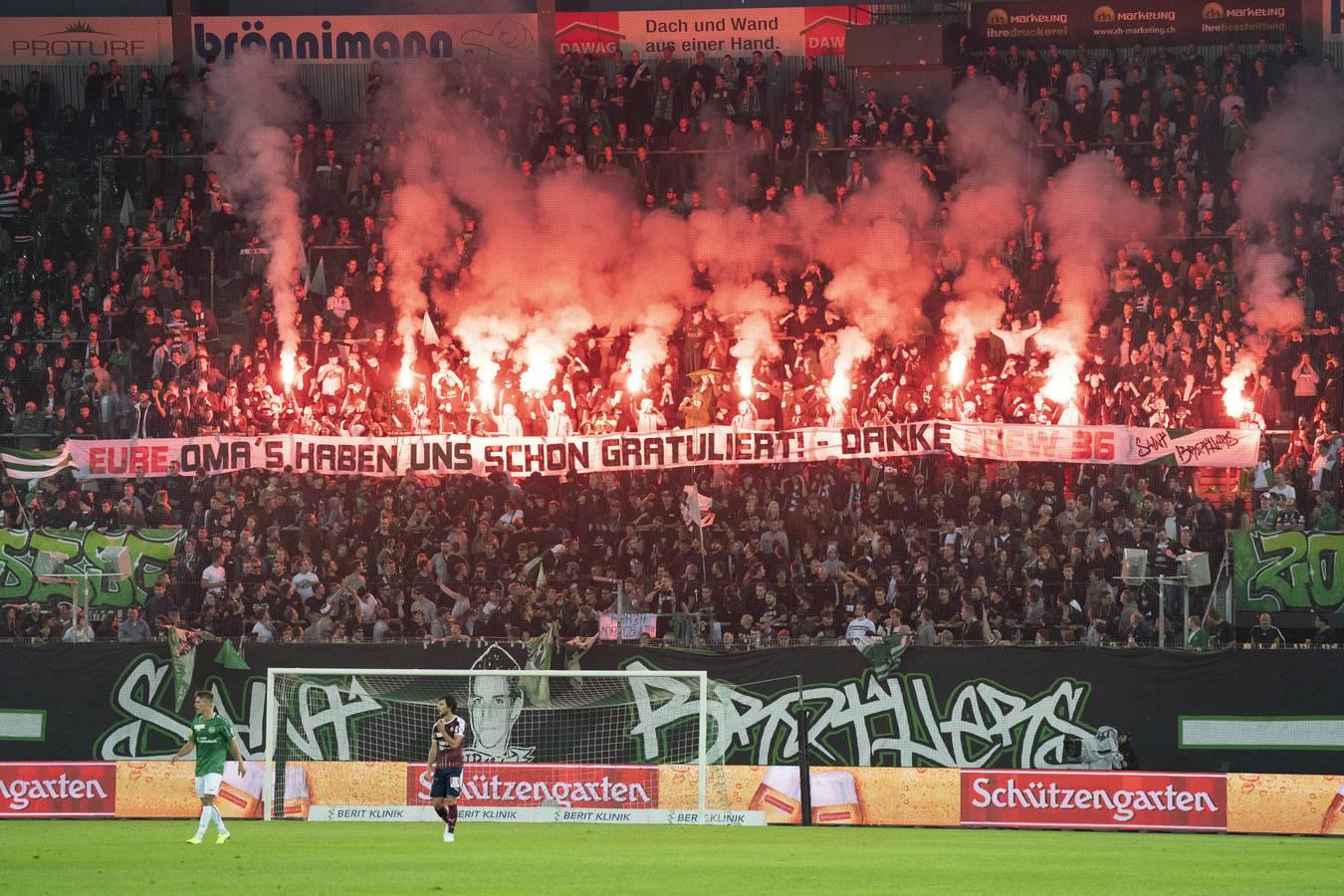 Anhänger des FC St.Gallen haben am 21. September beim Spiel gegen Servette massiv Pyros gezündet. (© St.Galler Tagblatt/Urs Bucher)