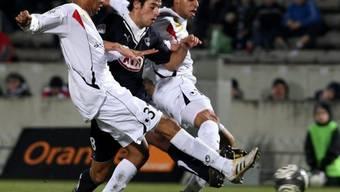 Yoann Gourcuff (Bordeaux) im Kampf um den Ball mit zwei Boulogne-Spielern