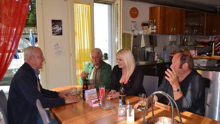 Eine vergnügliche Runde am langen Tisch – so hat es die «Speuzli»-Wirtin Deborah Zimmerli am liebsten.