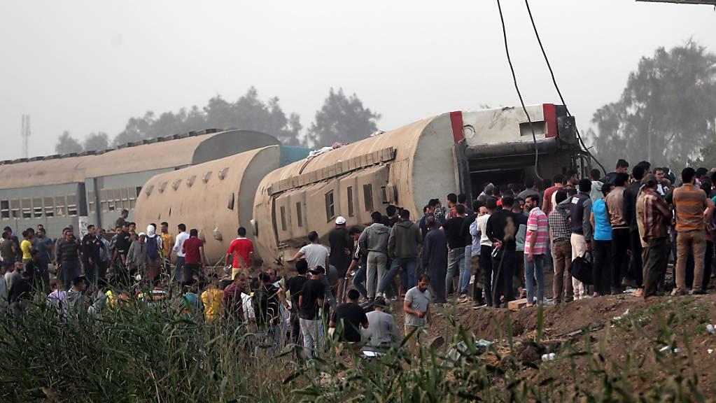 Nach einem schweren Zugunglück in Ägypten von Sonntag ist die Zahl der Todesopfer auf 23 gestiegen.