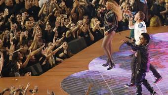 Beyoncé, Chris Martin (Mitte) und Bruno Mars singen zur Halbzeit des Super Bowl zusammen ein Medley.